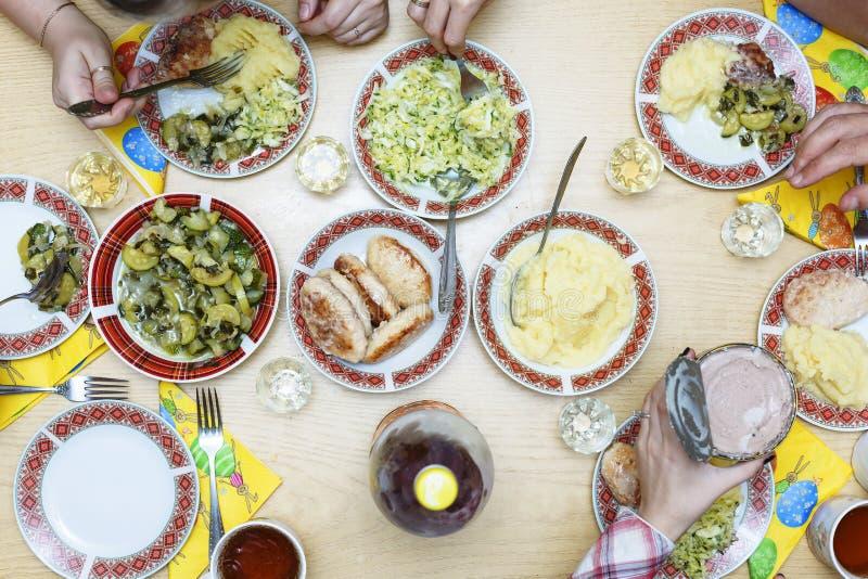 Semana Santa Cena de Pascua Platos y bocados en la tabla festiva fotografía de archivo libre de regalías