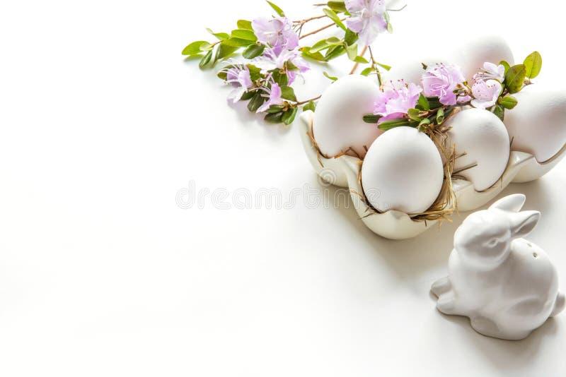 Semana Santa Conejito y huevos blancos con la flor Preparación para la coloración imágenes de archivo libres de regalías