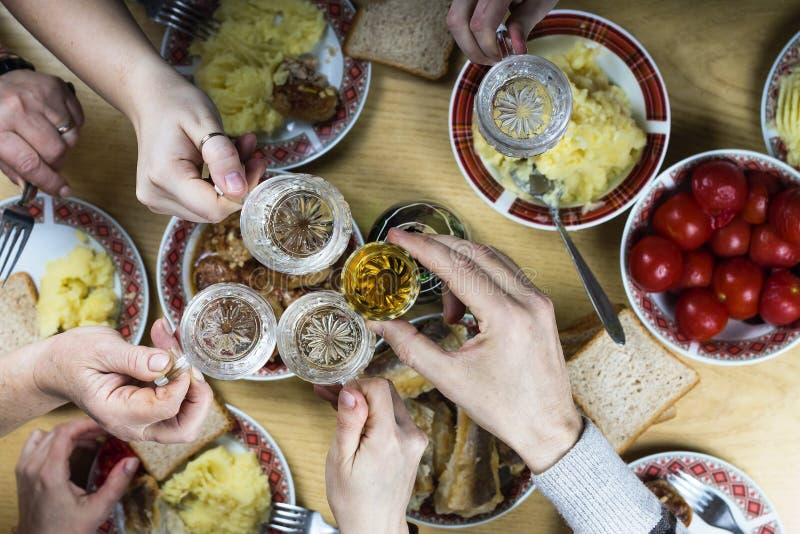 Semana Santa familia, cena, tabla, comida, festiva, celebración, decoración, hogar, partido, ajuste, tradicional, foto de archivo libre de regalías