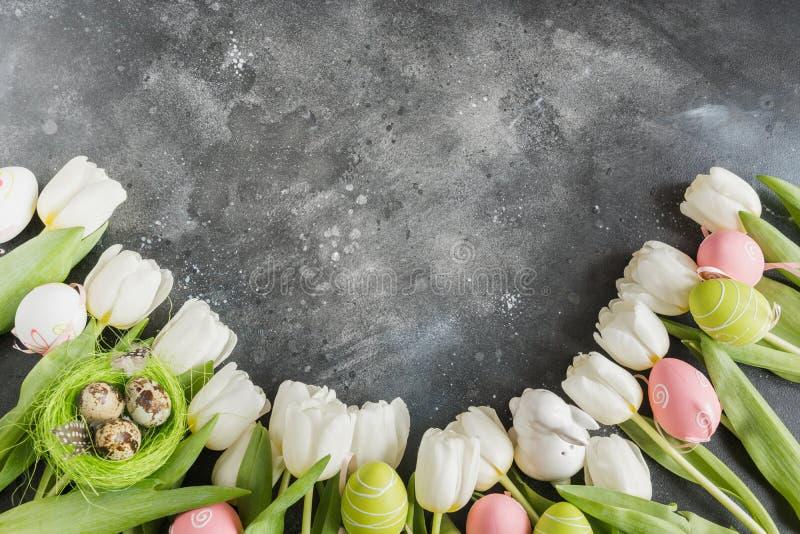 Semana Santa Frontera de los tulipanes blancos, huevos, jerarquía en gris Espacio para el texto fotos de archivo libres de regalías