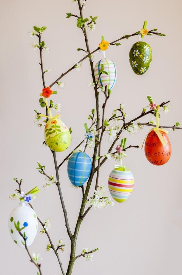 Semana Santa Huevos de Pascua en una ramificación imágenes de archivo libres de regalías