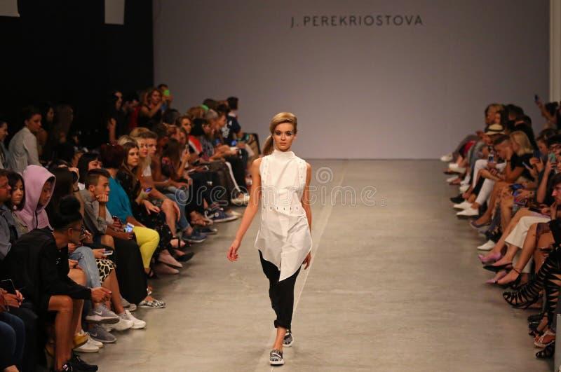 Semana ucraniana SS19 de la moda: colección por J PEREKRIOSTOVA foto de archivo
