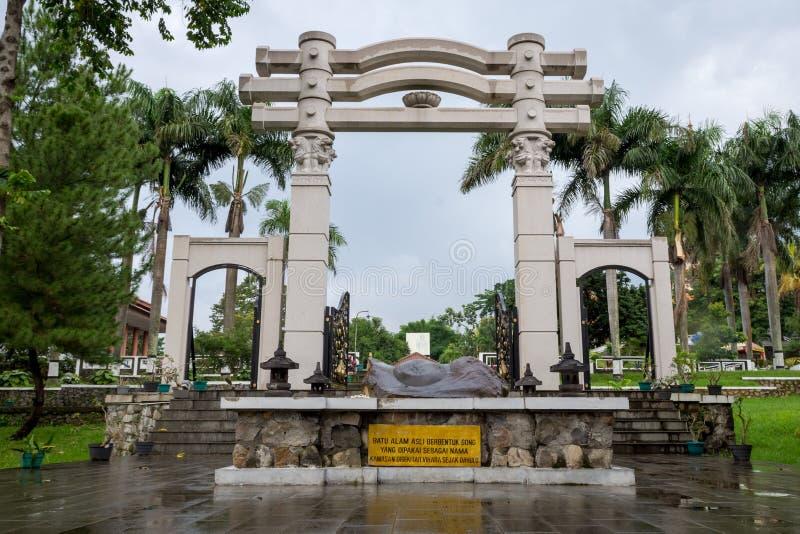 Semarang, Indonésie - 3 décembre 2017 : Voie de base de Vihara Buddhagaya Watugong avec une roche formée comme un gong devant lui photographie stock libre de droits
