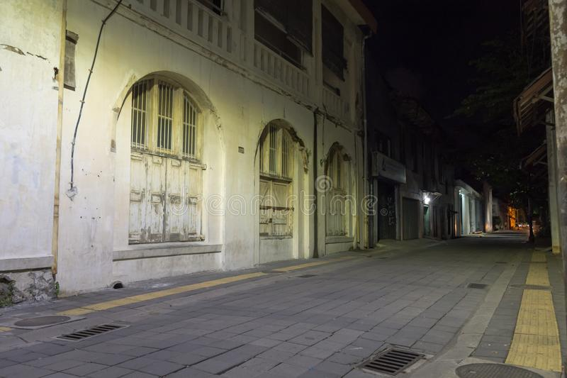 Semarang Indonesien - December 3, 2017: En gata med något av kulturarvet av gamla byggnader, som har återställts, royaltyfria bilder