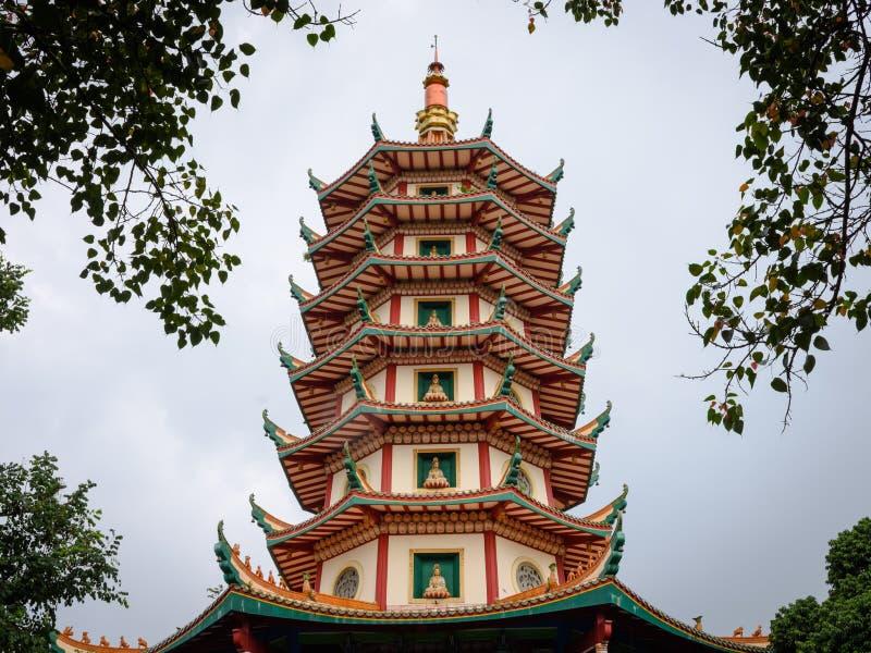 Semarang, Indonesien - 3. Dezember 2017: Ansicht der Pagode Avalokitesvara bei Vihara Buddhagaya Watugong Vihara Buddhagaya ist stockfotos