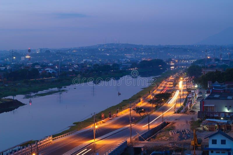 Semarang zwischen Nacht und Tag lizenzfreie stockfotografie