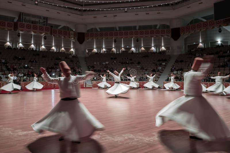 Semazen lub Kłębiaści derwisze przy Mevlana kultury centrum w Konya, Turcja zdjęcia stock