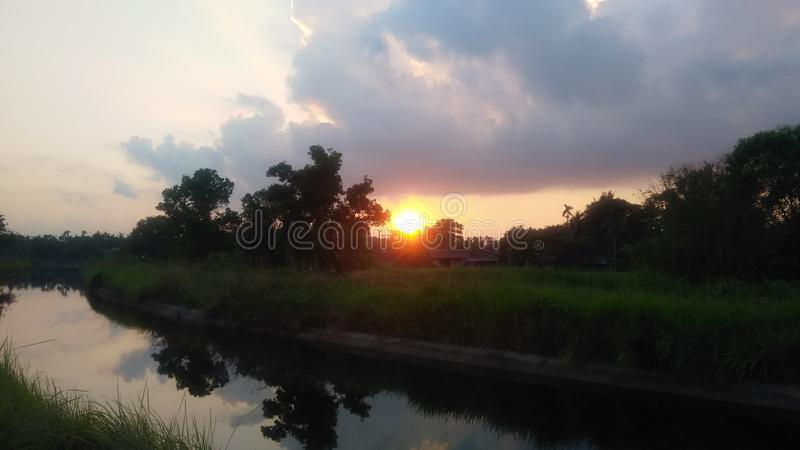 Sembler de coucher du soleil gentil dans evenning images libres de droits
