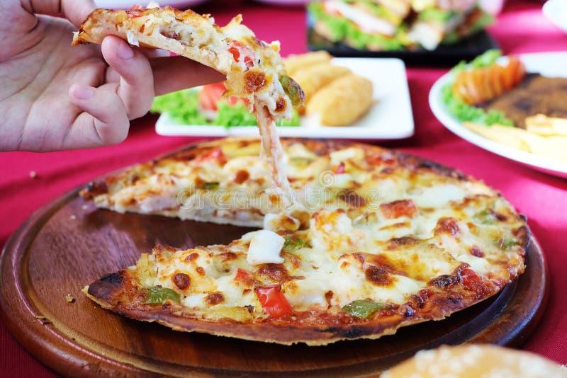 Sembler soulevé de pizza savoureux image libre de droits