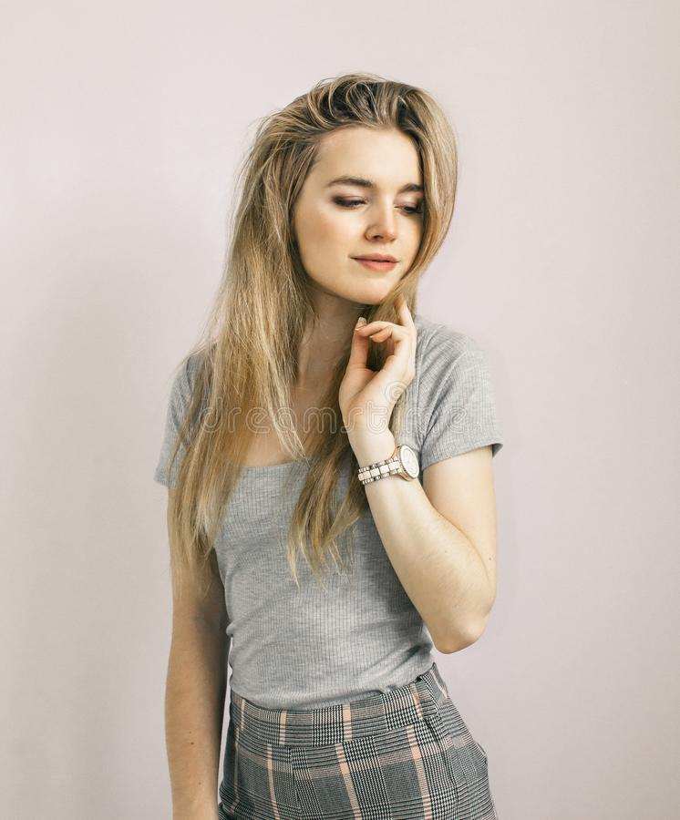 Sembrare del modello della ragazza che stanno posanti Bella bionda immagine stock libera da diritti