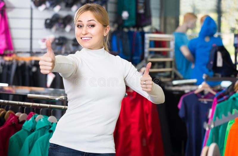 Sembrare della ragazza soddisfatti nel negozio di modo fotografie stock libere da diritti