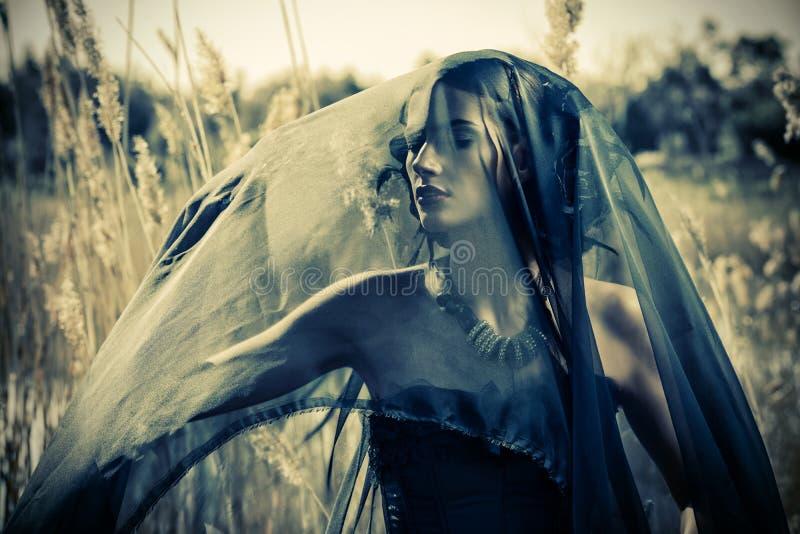 Sembrare donna drammatica fotografia stock libera da diritti