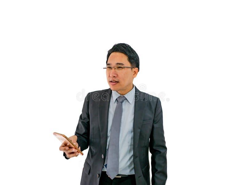 Sembrare moderno dell'uomo di affari serio su fondo isolato, immagine stock