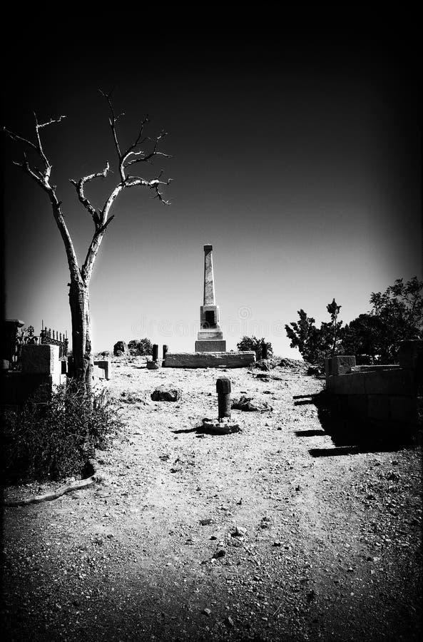 Sembrare noir del film in bianco e nero che mostra l'entrata ad un cemeter fotografie stock libere da diritti