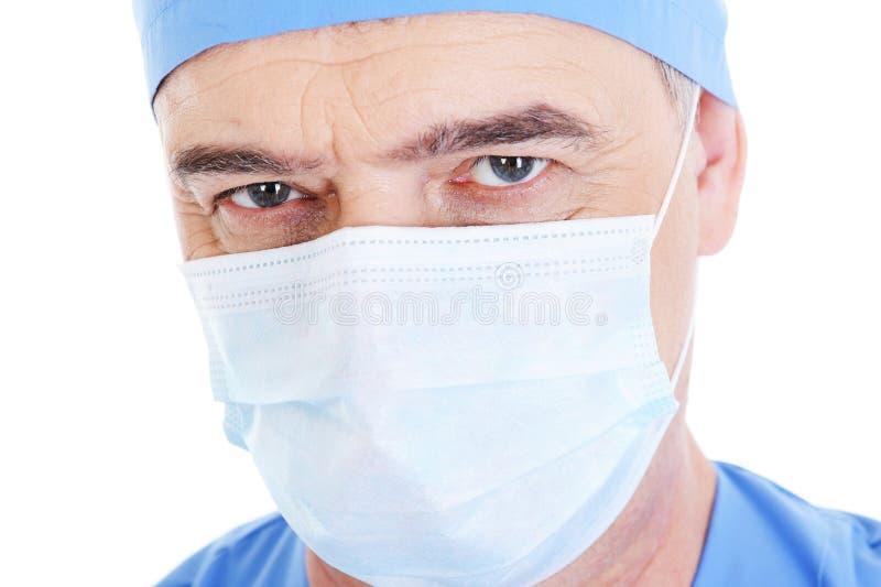Sembri il chirurgo maschio maturo nella mascherina medica immagine stock libera da diritti