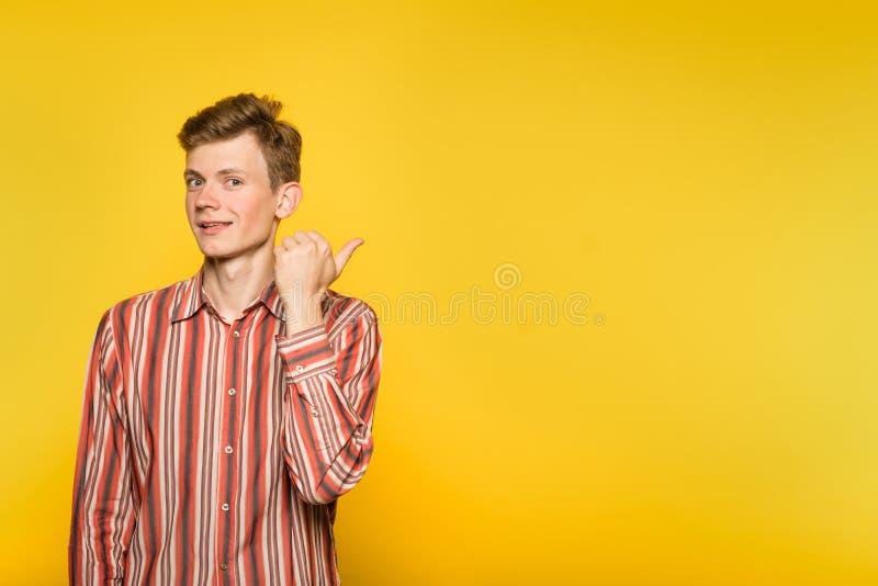 Sembri la mano obliqua sorridente bella del punto dell'uomo fotografia stock libera da diritti