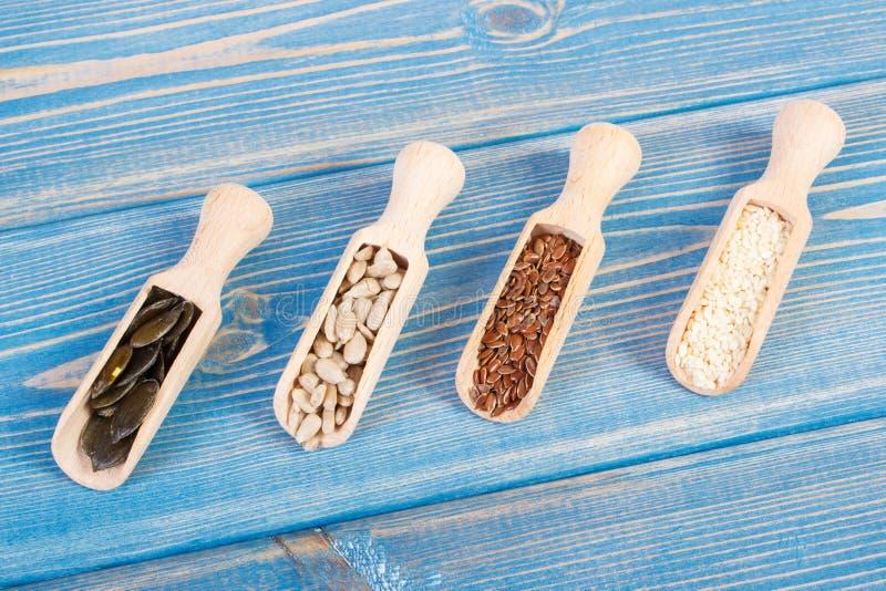 Seme di lino, girasole, zucca e semi di sesamo sui bordi di legno, concetto sano di nutrizione immagini stock libere da diritti