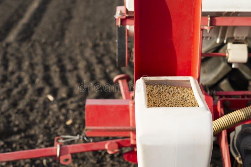 Semeando colheitas em campos agr?colas na mola fotografia de stock royalty free