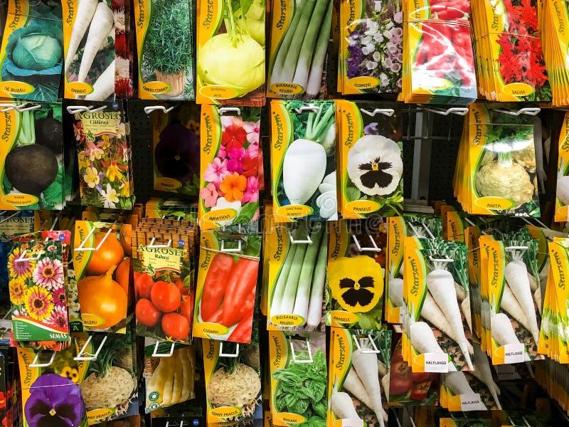 Sementes da agricultura para as plantas vegetais na venda no suporte do supermercado imagens de stock royalty free