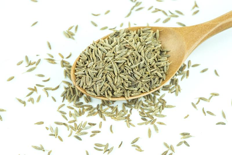Sementes de erva-doce em uma colher de madeira em um branco imagem de stock royalty free