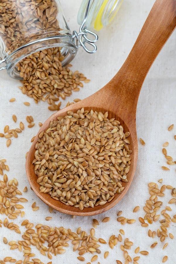 Sementes de linho douradas Micronutriente benéfico para o organismo que impede e cura doenças Ricos na fibra e nos nutrientes imagem de stock