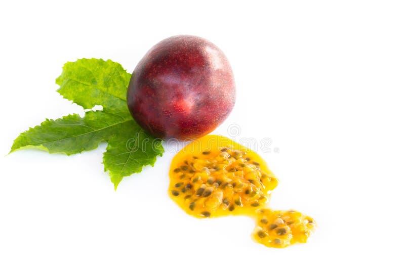 Sementes frescas do fruto de paixão isoladas no fundo branco, conceito saudável do alimento imagens de stock royalty free