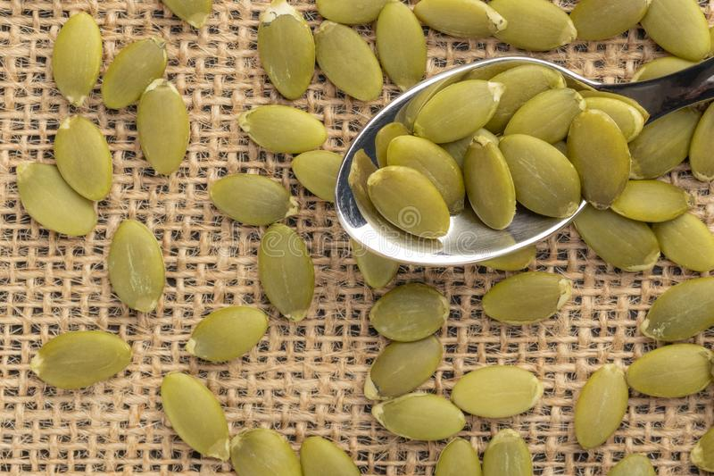 Sementes ou sementes de ab?bora em uma colher de sobremesa imagens de stock royalty free