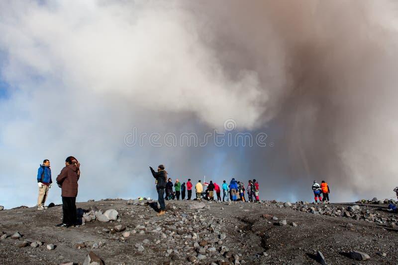 Semeru, Java/Indonésia - 4 de maio de 2015: Nuvem da cinza foto de stock