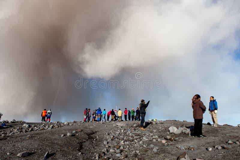 Semeru, Java/Indonésia - 4 de maio de 2015: Nuvem da cinza fotos de stock royalty free