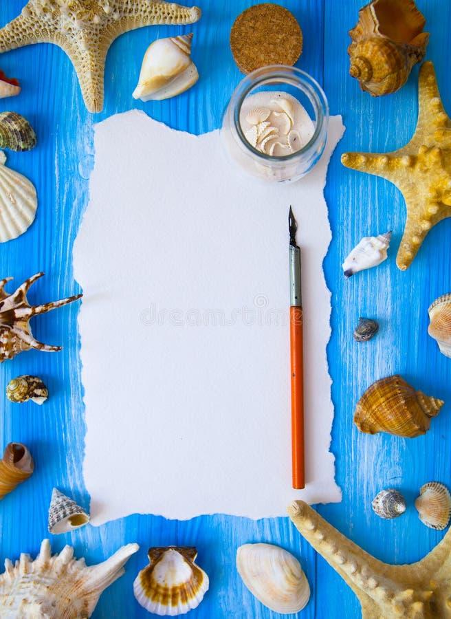 Semester för hav för sommartid med den vitmellanrumet och fjädern för len arkivfoto