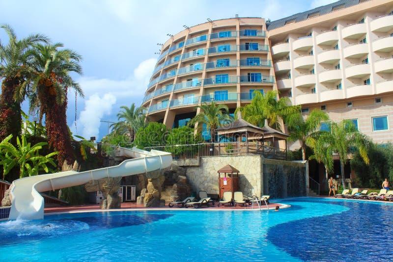 Semester i turkiskt hotell med simbassängen royaltyfri bild