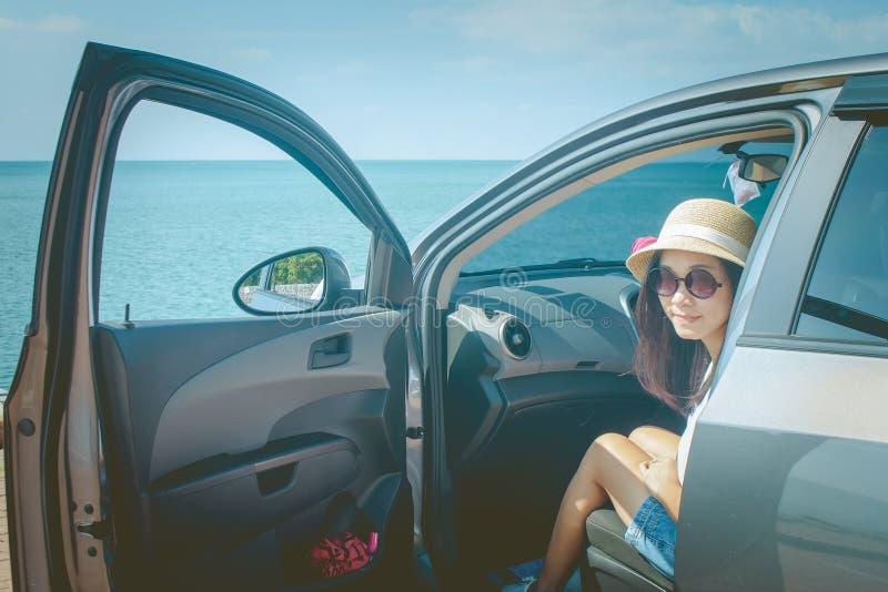 Semester- och feriebegrepp: Lycklig familjebiltur på den bärande solglasögon för hav, för ståendekvinna och känslig lycka arkivbild