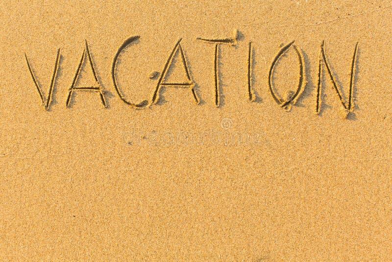 Semester - ord som dras på sandstranden Abstrakt begrepp royaltyfri fotografi