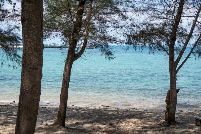 Semester som öhimmel ut dörr Hav och strand för blått för vatten för natursommar härligt kli royaltyfria bilder