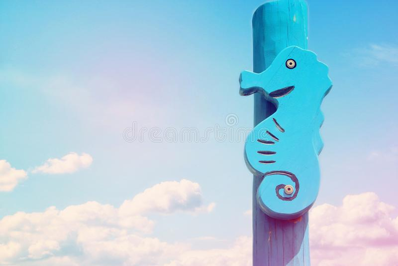 semestern och sommar avbildar med seahorsen som är främst av den blåa himlen fotografering för bildbyråer