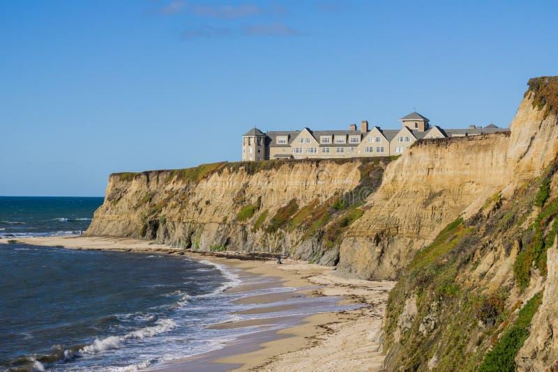 Semesterort överst av den eroderade klippor och sandiga stranden, Stilla havet, Half Moon Bay, Kalifornien arkivfoton