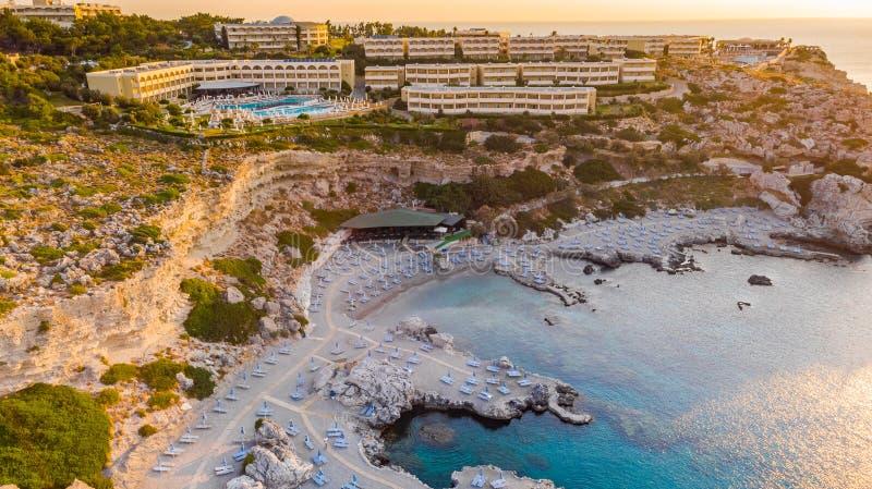 Semesterort för lyxigt hotell med att simma röstningen och stranden som lokaliseras på klippor i Rhodes, Grekland royaltyfri foto