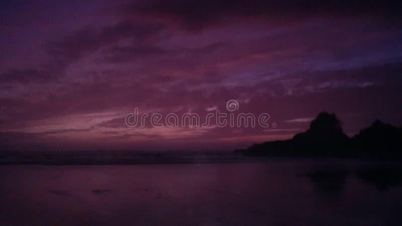 Semesterort för styrmanfjärdstrand på solnedgången royaltyfri foto