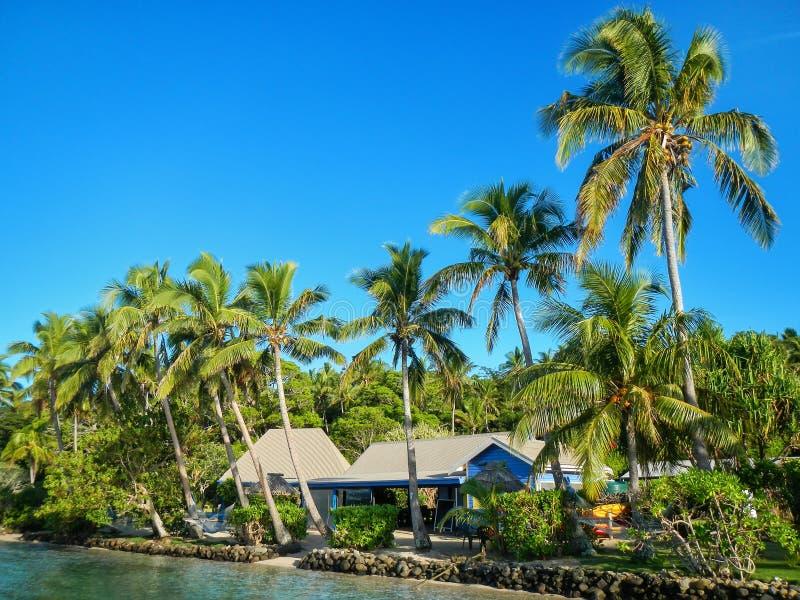 Semesterort som omges av benägenhetpalmträd på denrommar ön, F arkivfoto