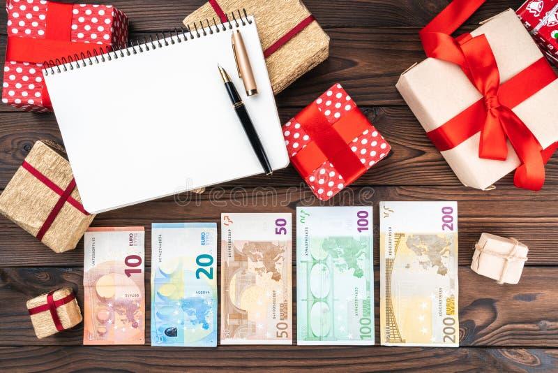 Semestra bakgrund, pengar av olikt värde, gåvor av olika format Top beskådar Utrymme för text arkivbild