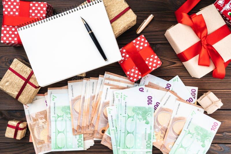 Semestra bakgrund, pengar av olikt värde, gåvor av olika format Top beskådar Utrymme för text arkivfoton