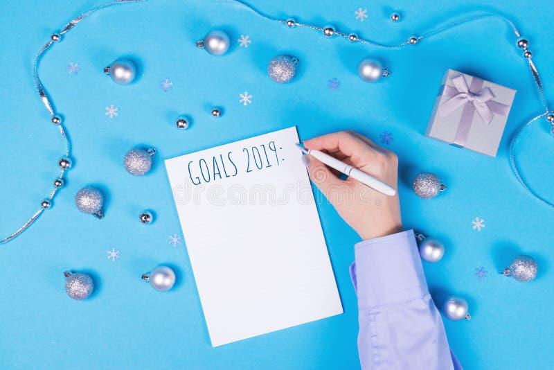 Semestra garnering och anteckningsboken på blå bakgrund royaltyfri bild