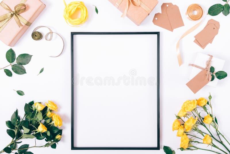 Semestra garneringar av gula rosor och gåvaaskar royaltyfri bild