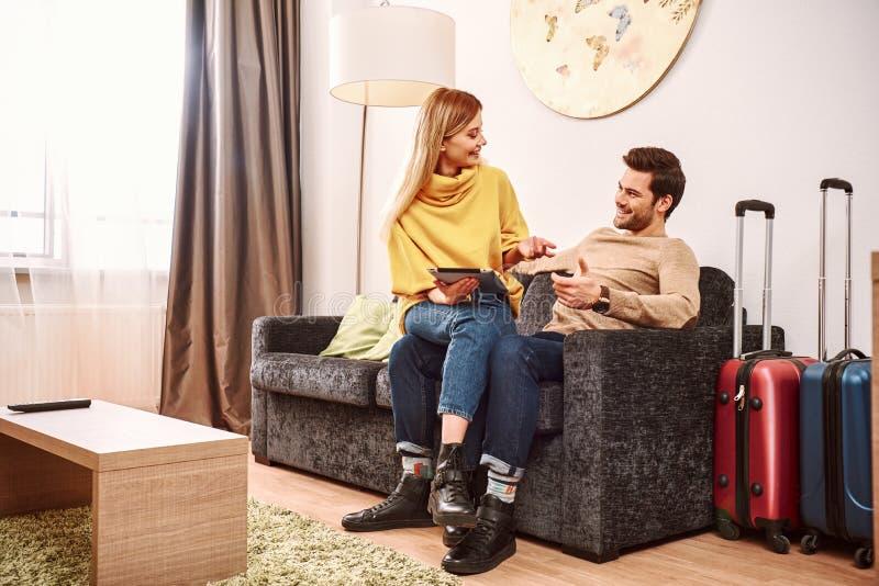 Semestra hyvla Lyckliga mogna par med resväskor som söker i hotellrum royaltyfria foton