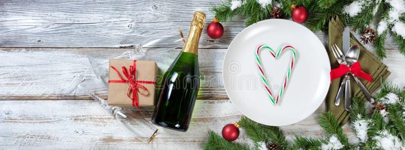 Semestra ställeinställningen för det nya året och jultabellmed gåvor arkivfoton