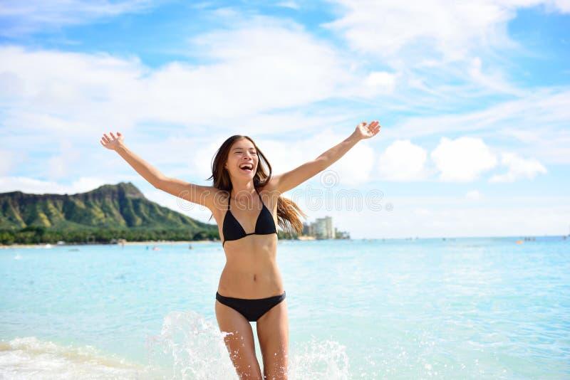 Semestrar den roliga kvinnan för stranden som är lycklig på Hawaii semestrar arkivbilder