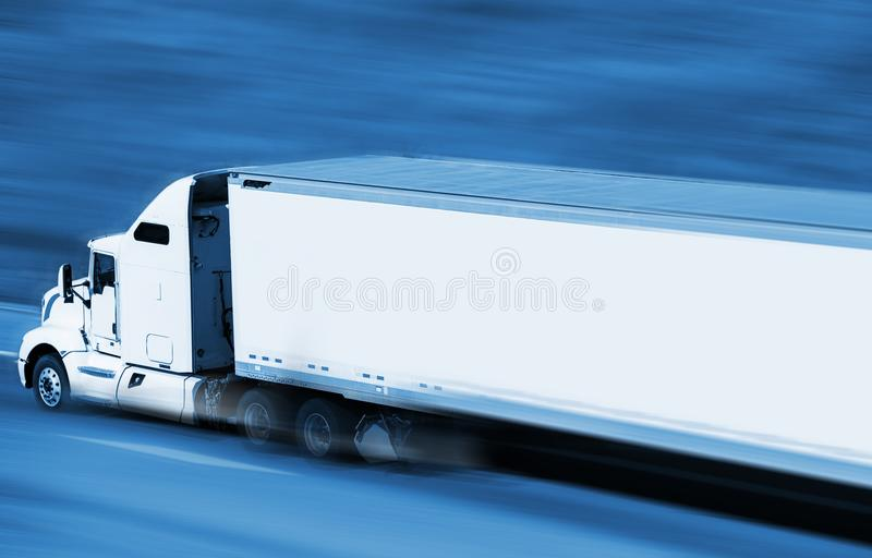semi быстро проходя тележка стоковое фото