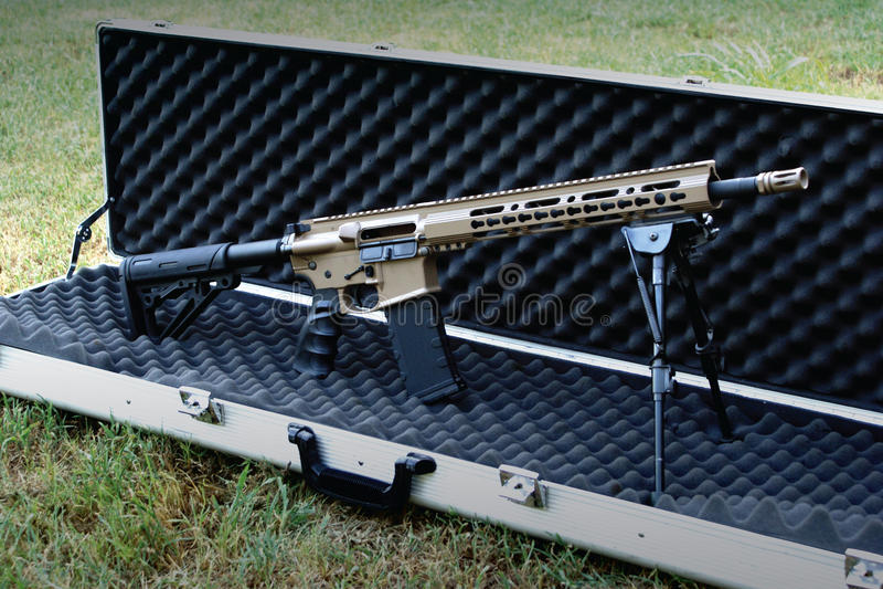 Semi-auto rifle tático pintado costume fotos de stock royalty free