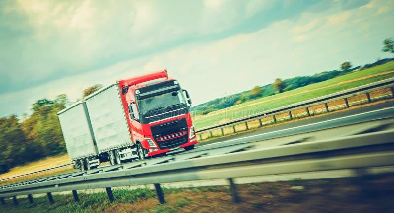 Semi camión en un camino imágenes de archivo libres de regalías