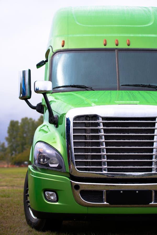 Semi camión moderno elegante en verde en la porción parcking verde foto de archivo libre de regalías